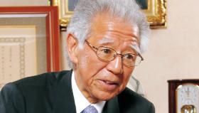 インタビュー中の菊池幸会長の写真